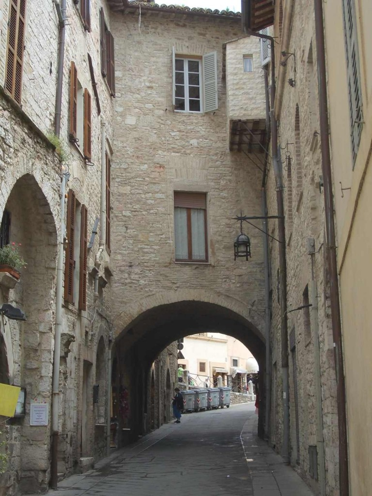 italy-assisi-arched-building-over-street