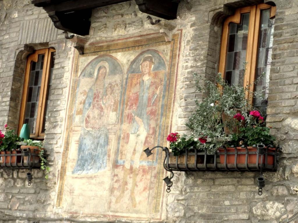 italy-assisi-strret-wall-fresco